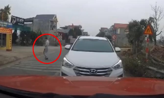 Bị chặn đầu vì đi lấn làn, tài xế ôtô bỏ xe lại giữa đường