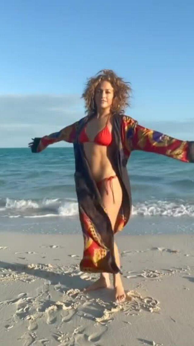 Jennifer Lopez khoe vòng ba bốc lửa