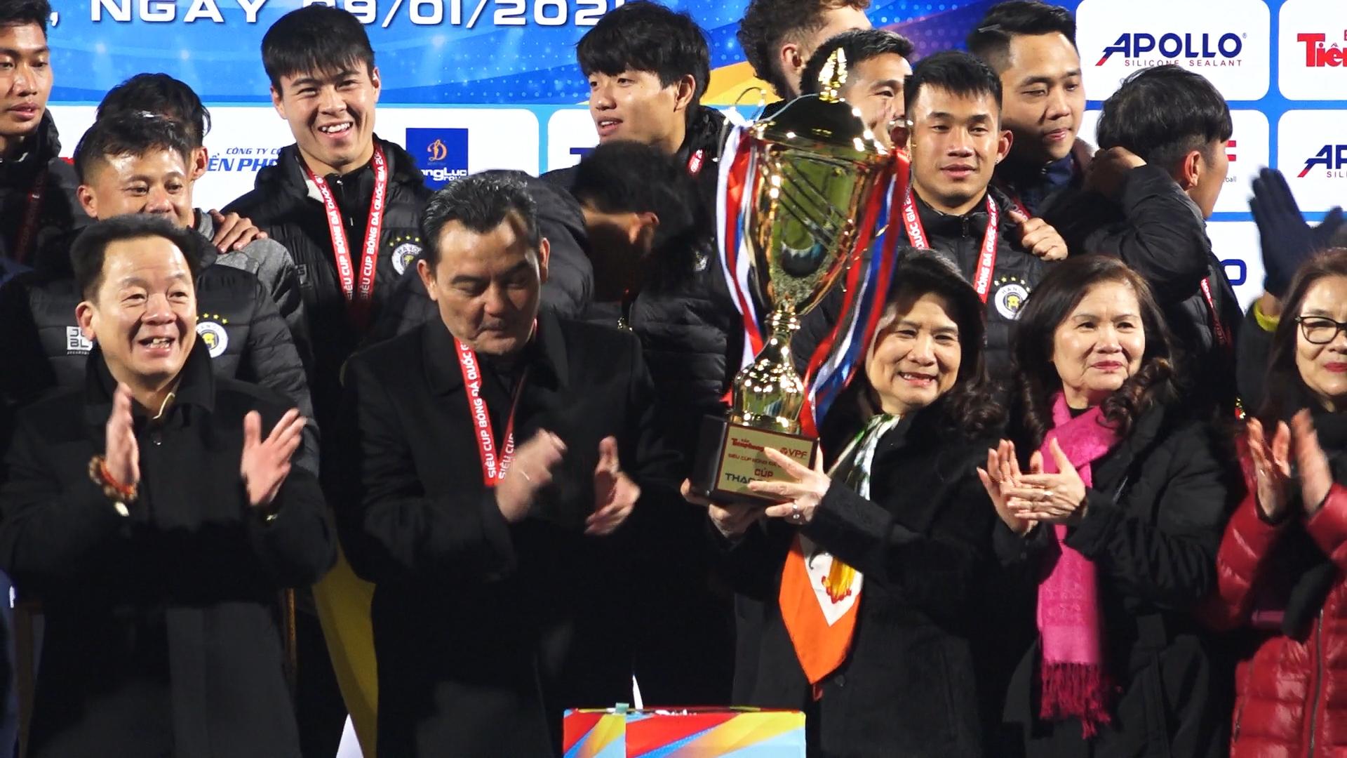 Bầu Hiển cùng bà xã mừng Hà Nội đoạt Siêu Cup quốc gia