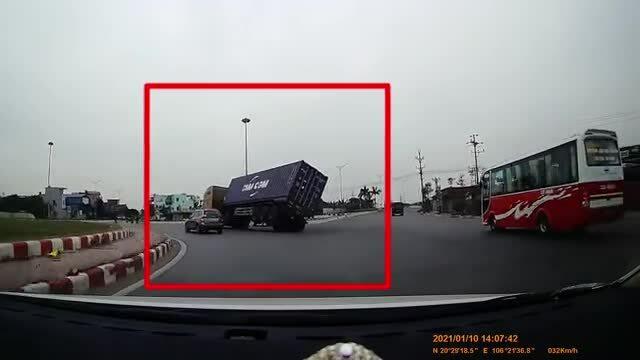 Container lật nhào giữa đường
