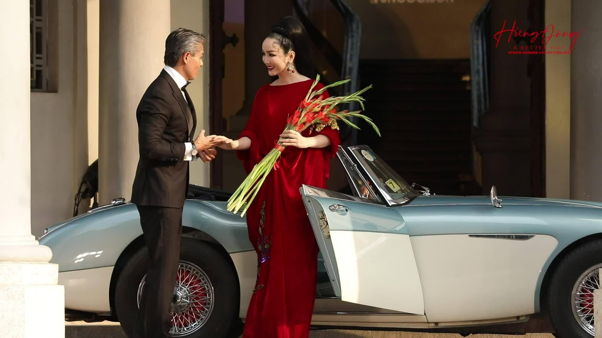 Giáng My đi xe cổ mở màn show Vũ Ngọc và Son