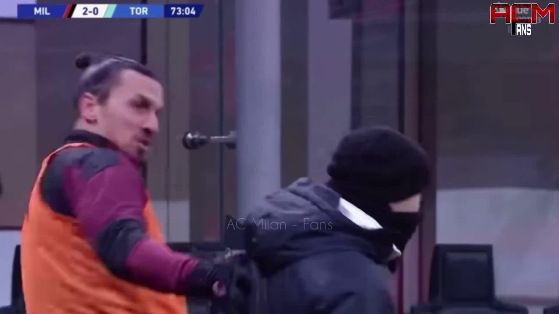 Ibrahimovic đá chân qua đầu thành viên BHL