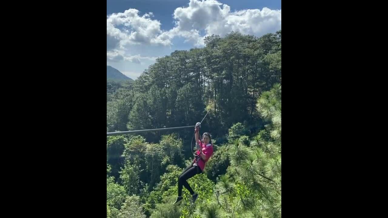 Thúy Ngân vượt nỗi sợ độ cao chơi zipline ở Đà Lạt