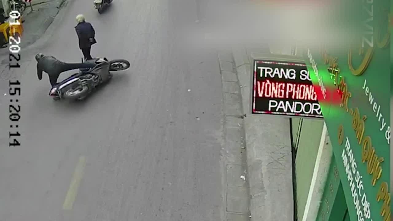 Cụ bà sang đường bị xe máy đốn ngã