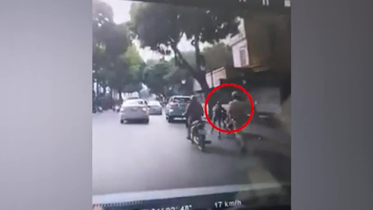 Thanh niên đẩy xe chạy trốn CSGT