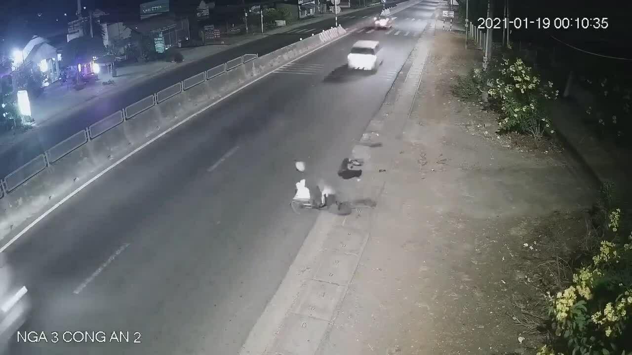 Ôtô lao như tên bắn, đốn ngã người dắt xe đạp