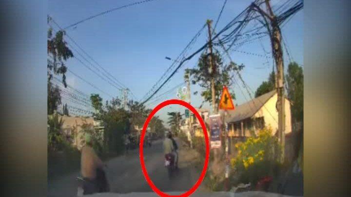 Tài xế ôtô đạp ga truy đuổi hai tên cướp điện thoại