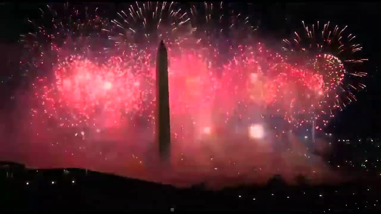 Katy Perry biểu diễn giữa bầu trời rực pháo hoa