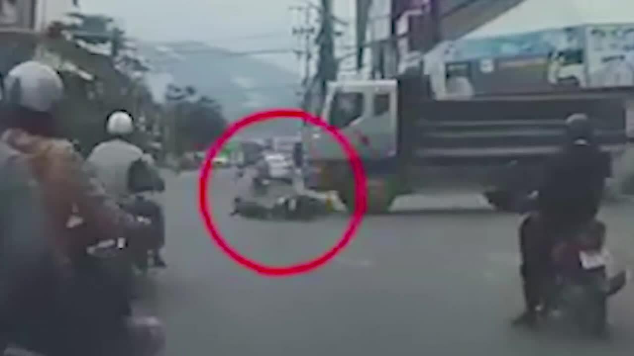 Vượt đèn đỏ, thanh niên bị xe tải cuốn vào gầm