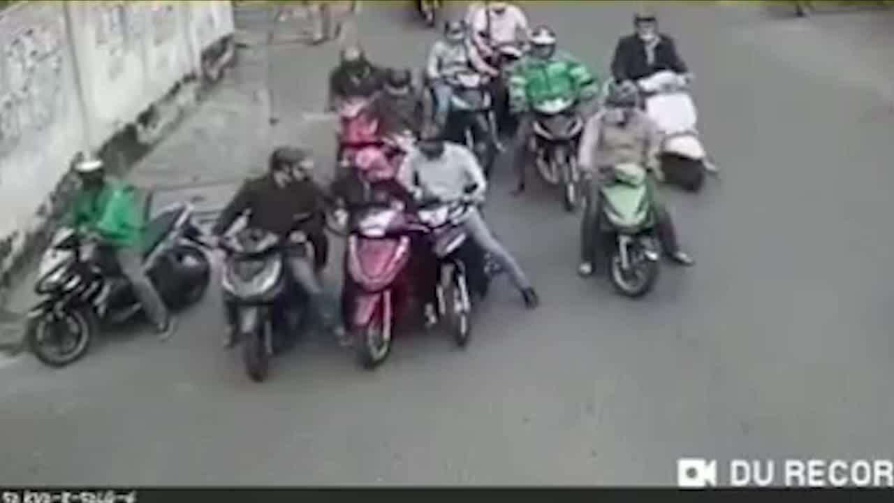 Băng nhóm dàn cảnh móc túi người phụ nữ