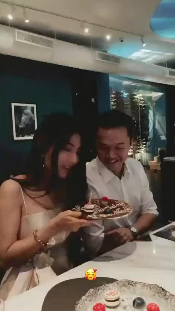 Tiệc sinh nhật của Diễm My 9X ở nhà hàng của bạn trai
