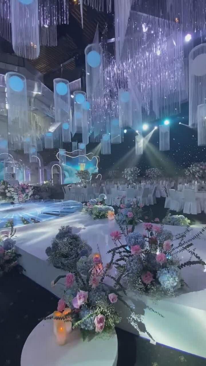 Siêu đám cưới pha lê với bánh cưới treo của Phan Thành