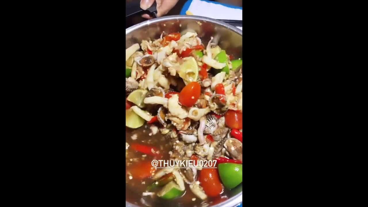 Trợ lý làm sò huyết kiểu Thái cho Ngọc Trinh ăn khuya