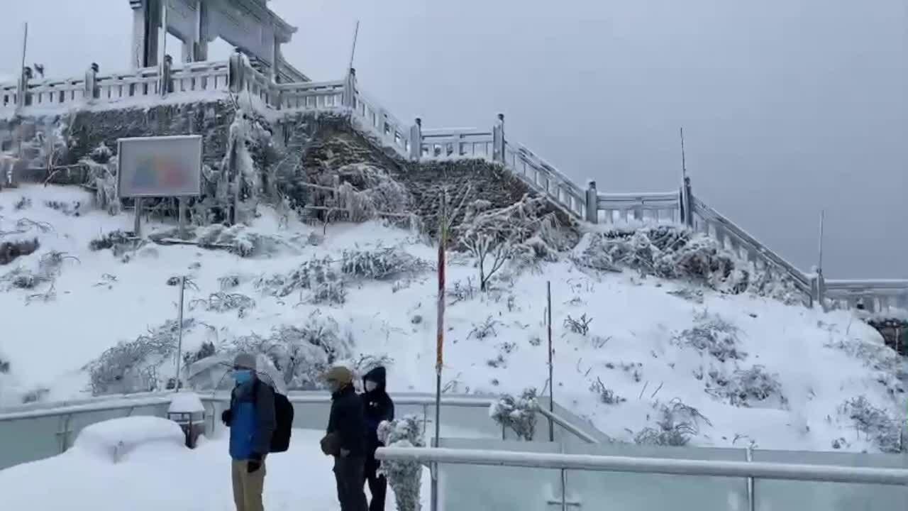 Đỉnh Fansipan chìm trong tuyết trắng dày 60 cm