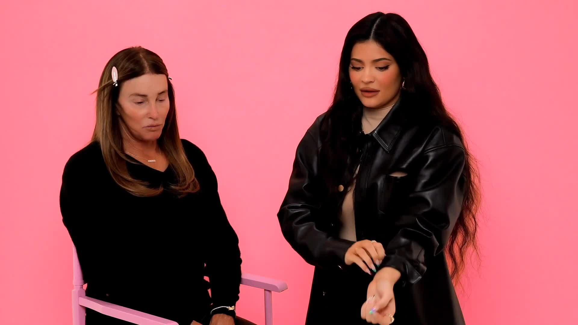 Kylie Jenner trang điểm cho cha chuyển giới