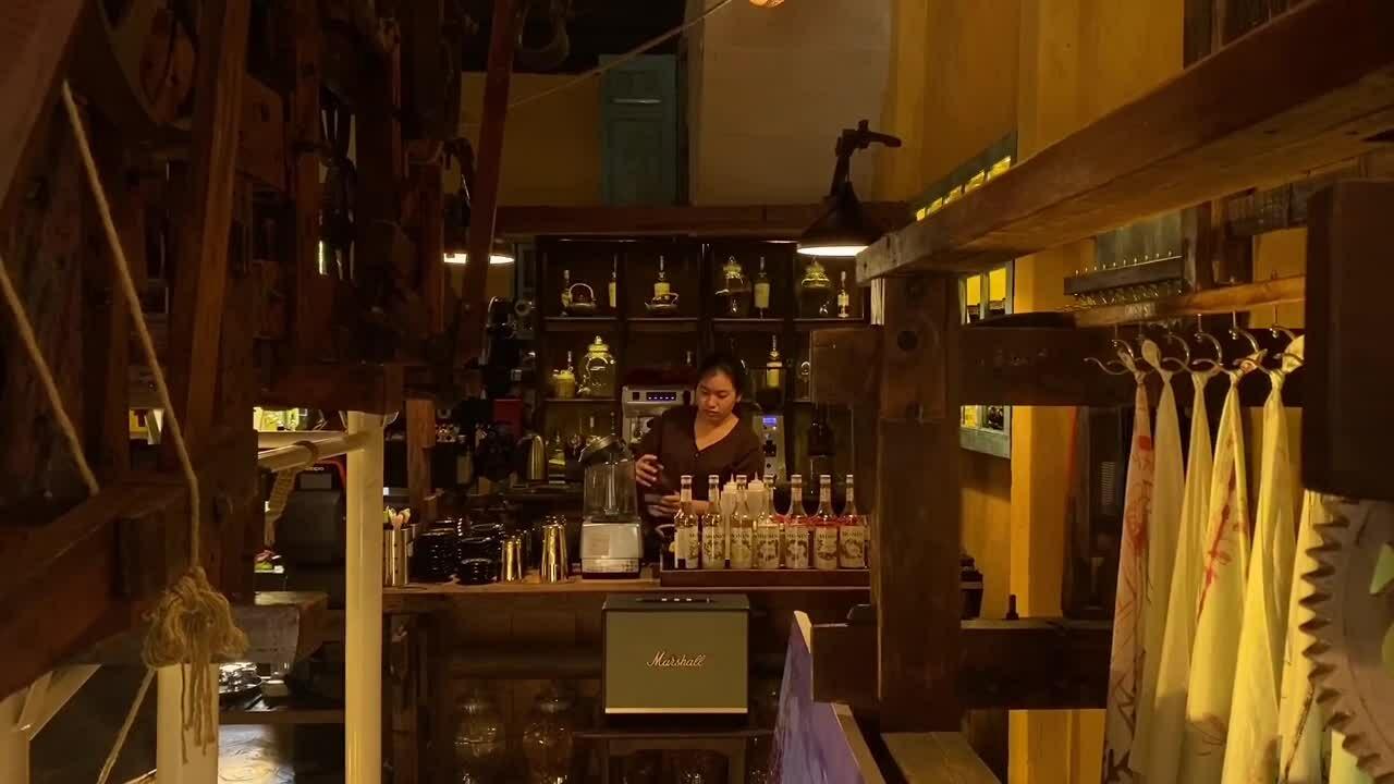 Quán cà phê như xưởng dệt ở Hội An