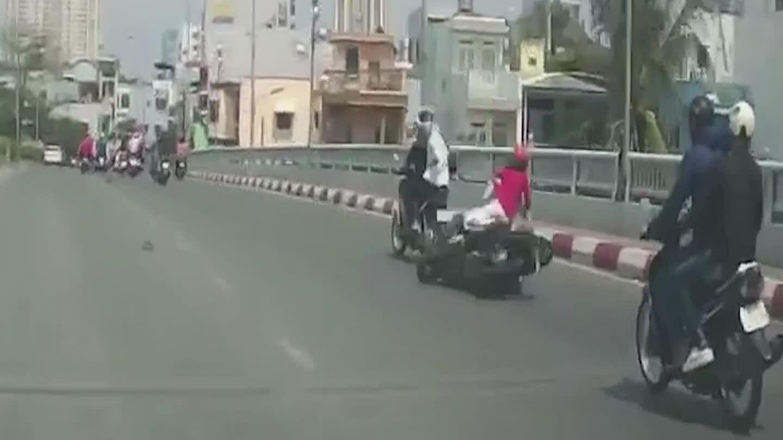 Đôi nam nữ ngã khỏi xe máy vì cướp giật dây chuyền
