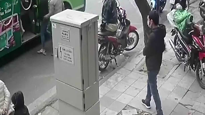 Cô gái bị móc túi nhanh như chớp khi lên xe buýt