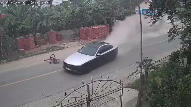 Ôtô drift như phim hành động, gây tai nạn liên tiếp