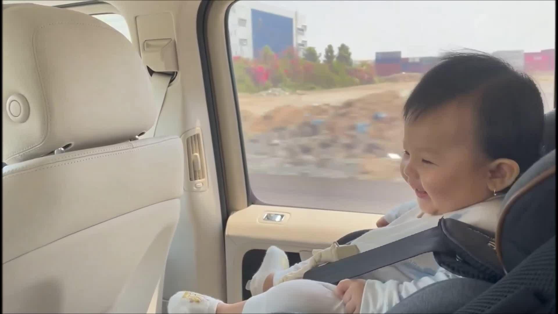 Con gái Cường Đôla cười khanh khách khi đi chơi