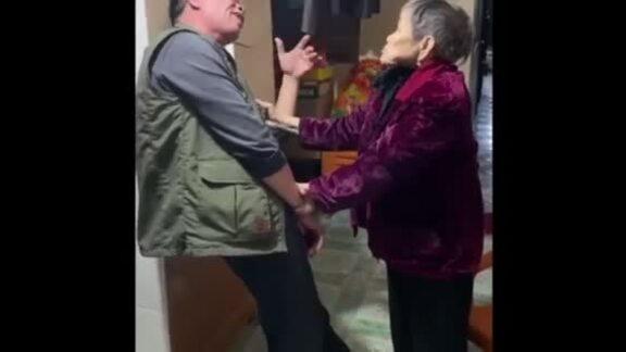 Mẹ già bị lẫn đỡ con trai 65 tuổi vì tưởng bị ngã
