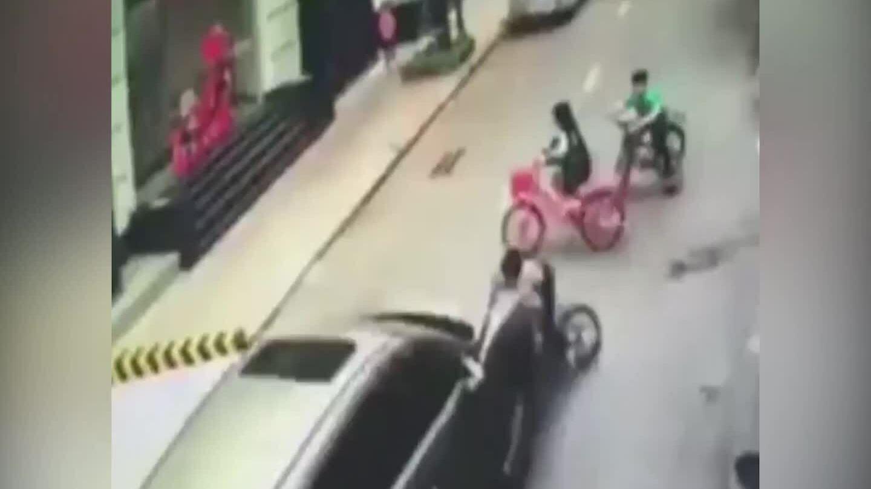 Nữ tài xế tông văng 3 đứa trẻ chơi trên đường