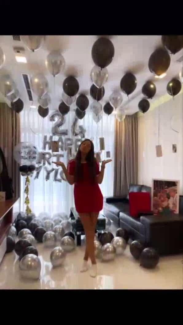 Bạn gái Tây tổ chức sinh nhật cho Bùi Tiến Dũng