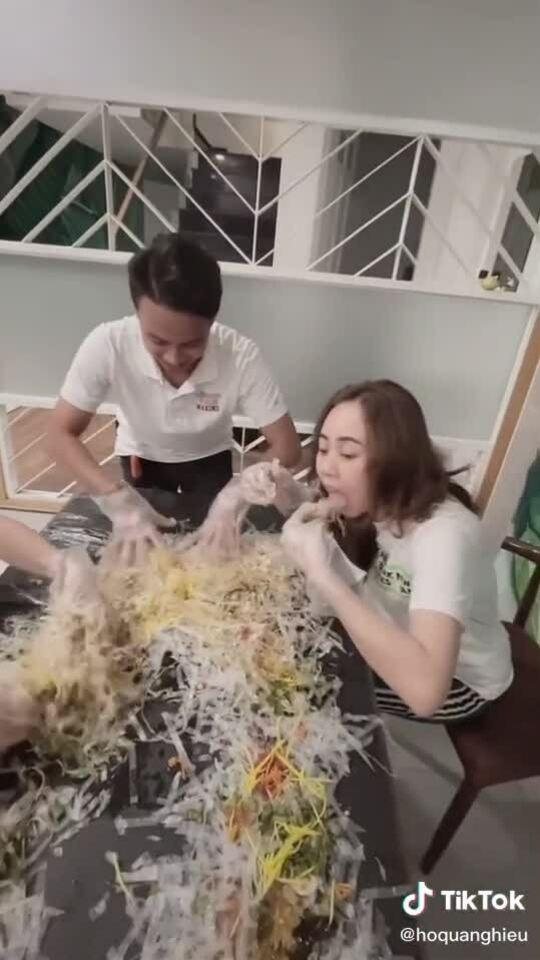 Hồ Quang Hiếu làm cả một bàn bánh tráng trộn ăn cho đã