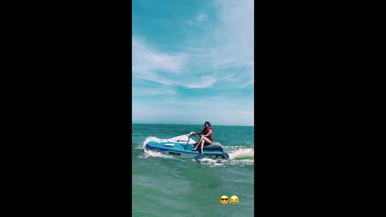 Tiên Nguyễn cưỡi môtô nước như bay ở Mũi Né