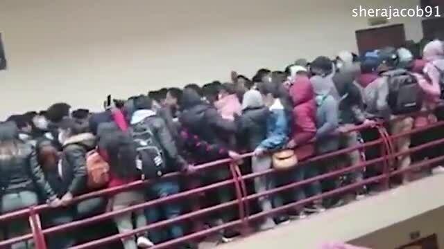 Sập lan can trường học khiến 8 sinh viên thương vong