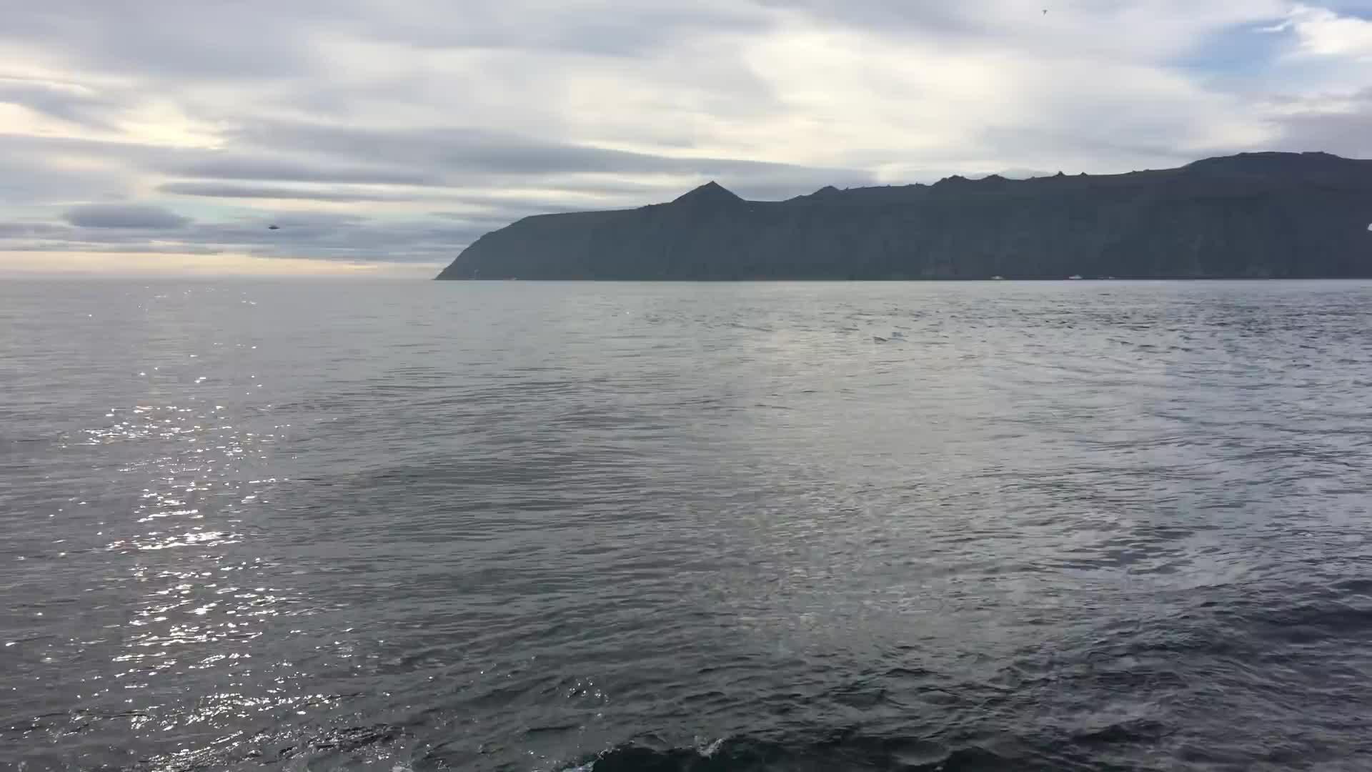Hai hòn đảo cách nhau chỉ 4 km nhưng chênh nhau 21 giờ