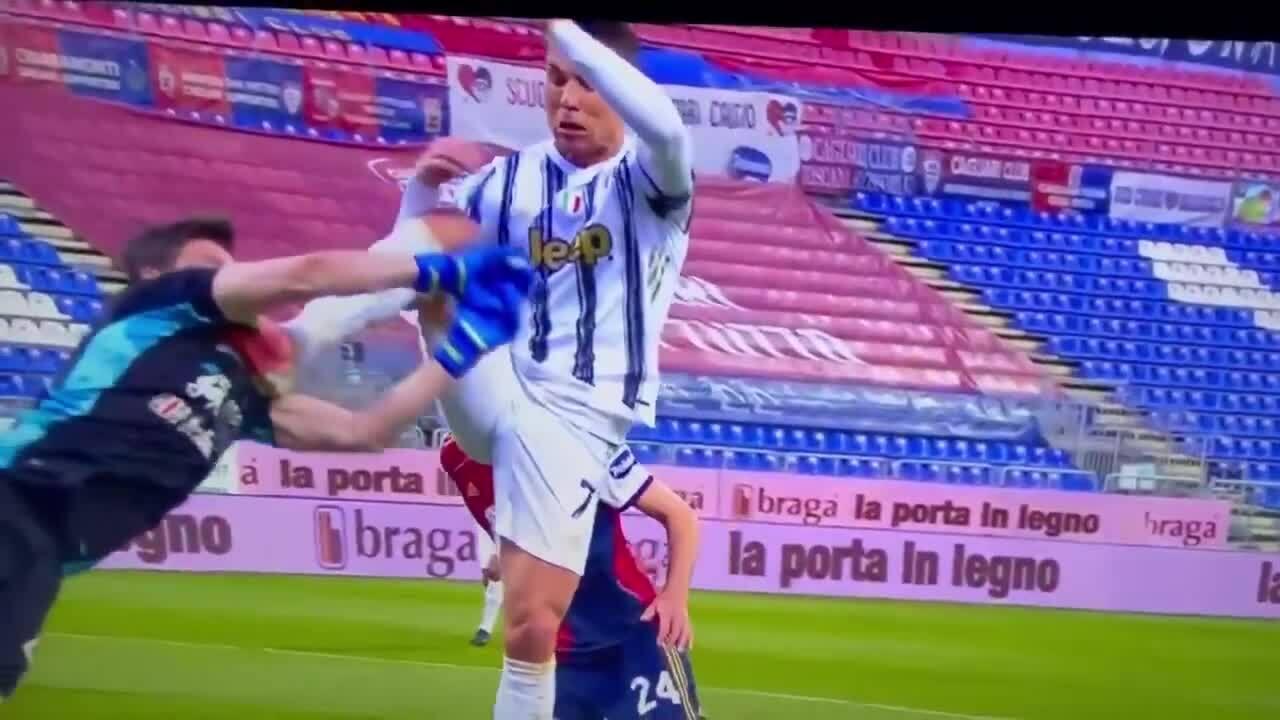 C. Ronaldo ham bóng, đạp vào mặt thủ môn Cagliari