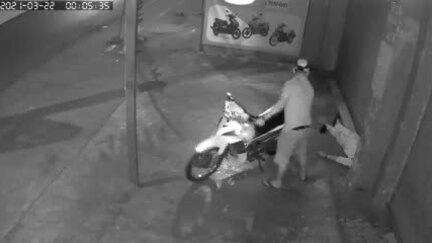 Thanh niên ngủ quên trước cửa nhà bị trộm điện thoại, xe máy