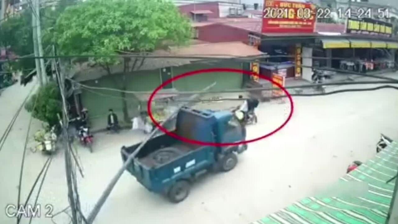 Bó sắt trên xe chở vật liệu rơi trúng người đi đường