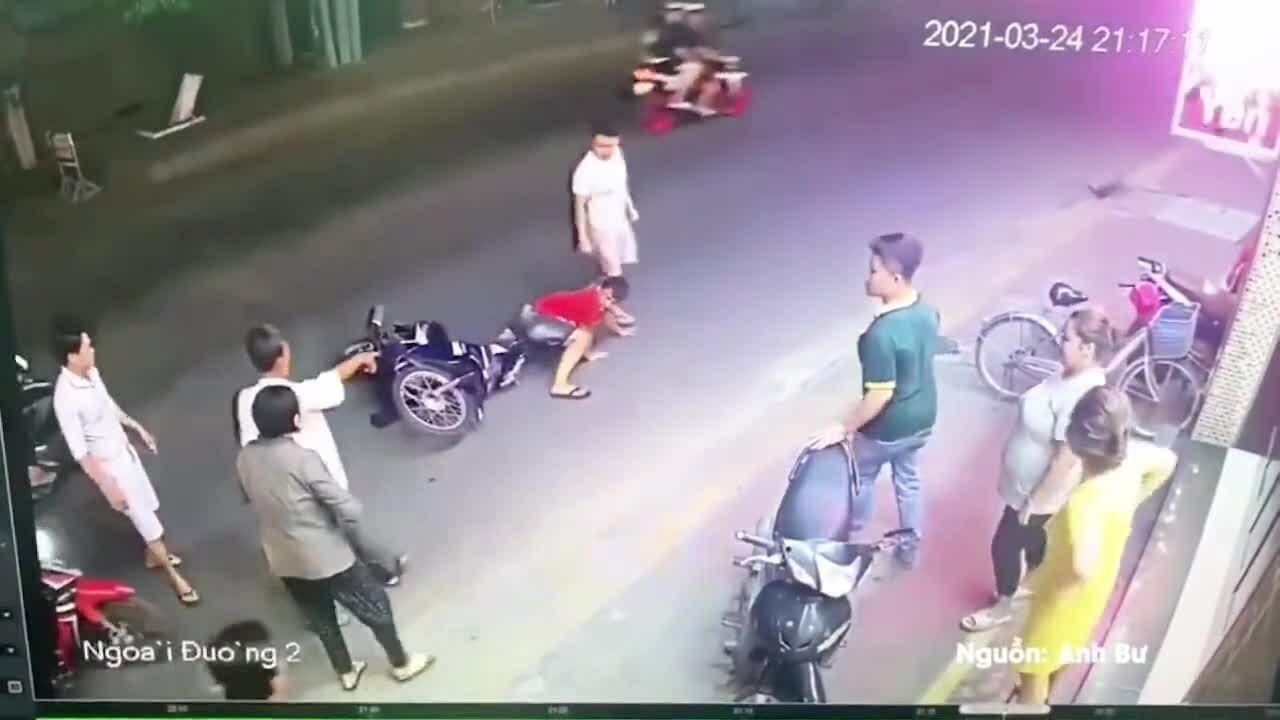Thanh niên lấy nhầm xe sau khi gây tai nạn bị người dân 'dằn mặt'