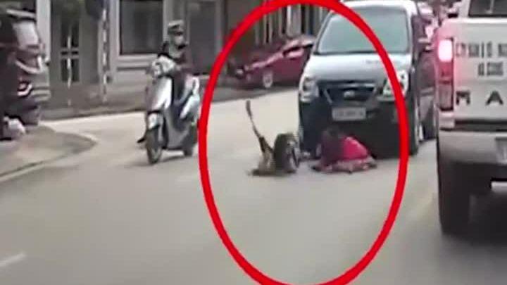 Hai bé gái chạy sang đường bị ôtô tông văng