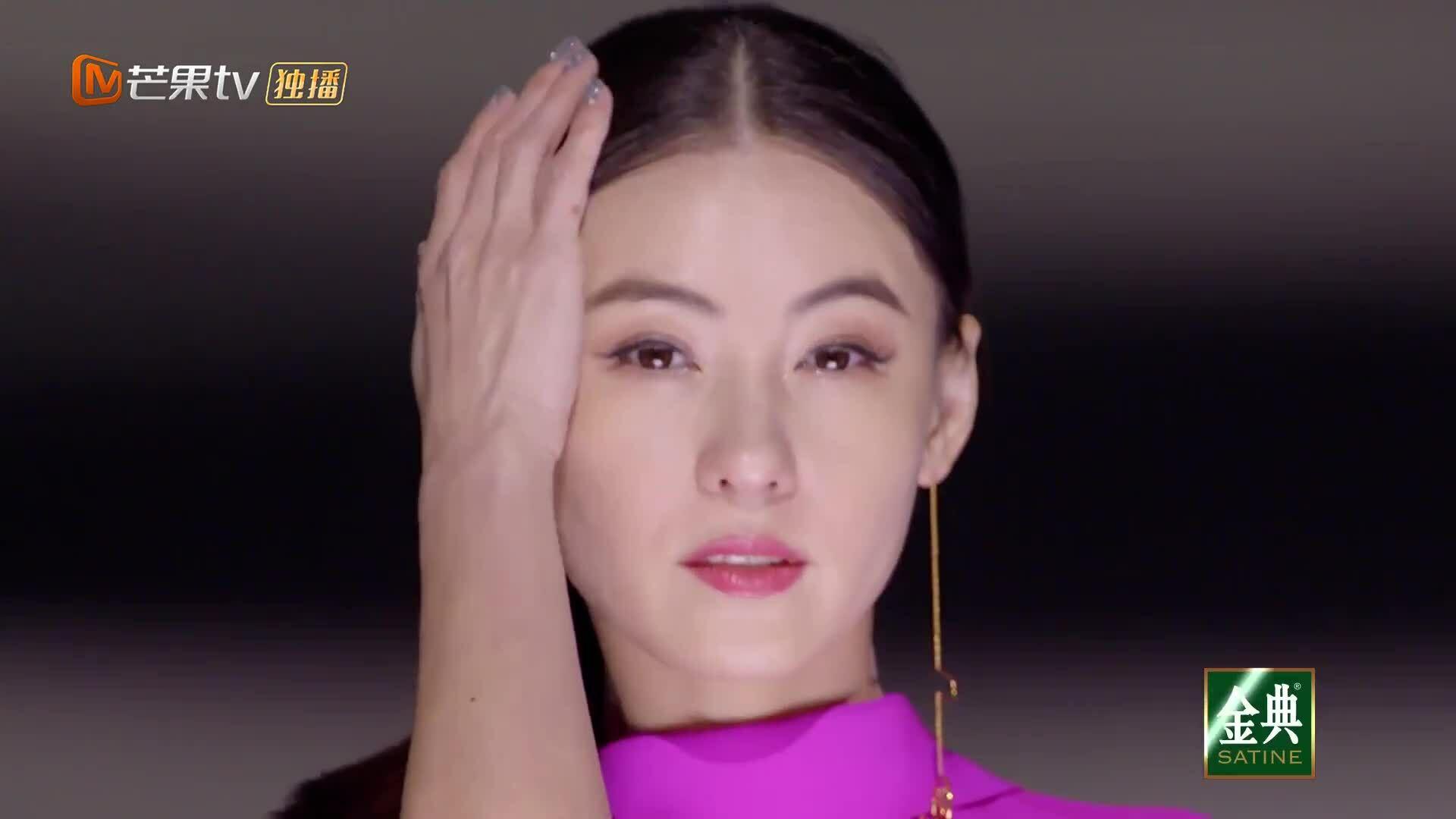 Trương Bá Chi biểu diễn cùng các chị em trong show