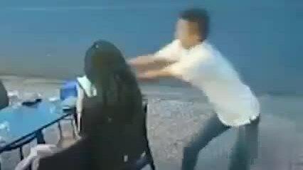 Cô gái bị cướp điện thoại ở quán ăn bên đường