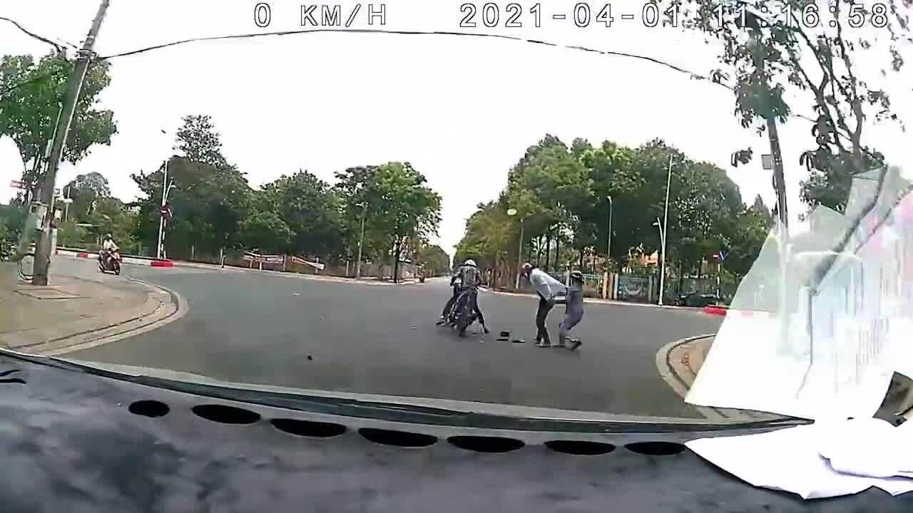 Hai tên cướp bị người phụ nữ kéo ngã