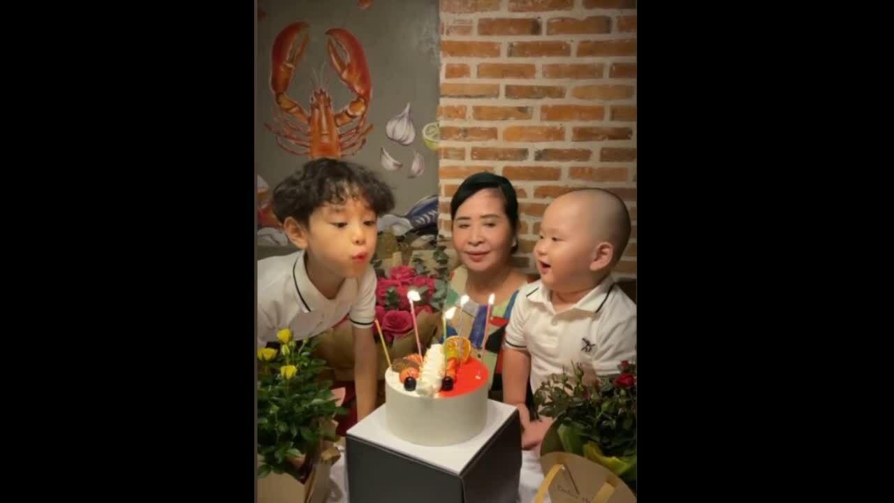 Con trai Trà My hát mừng sinh nhật bà ngoại.