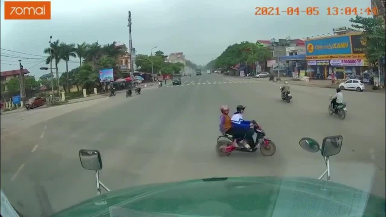 Hai bà cháu vượt đèn đỏ bị xe tải đâm
