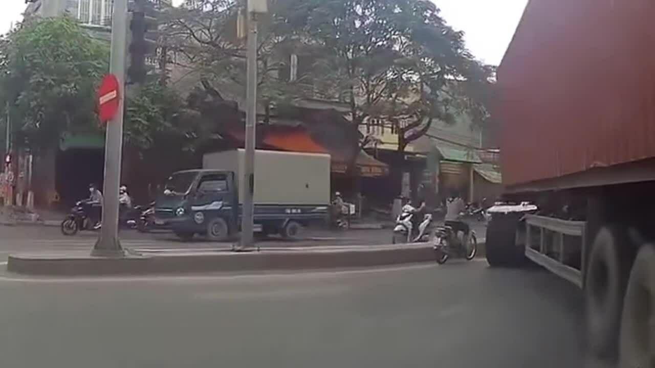 Người phụ nữ cố vượt container bị chèn gãy chân