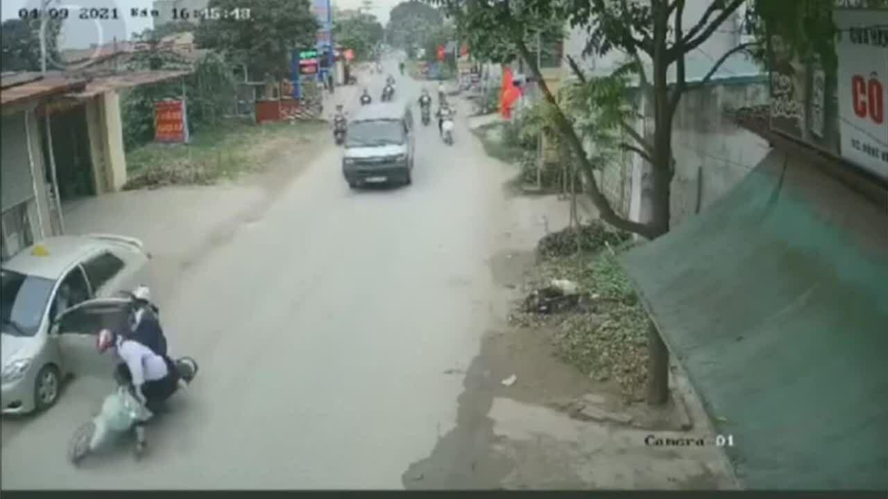 Tài xế đánh lái xuất thần cứu mạng hai học sinh