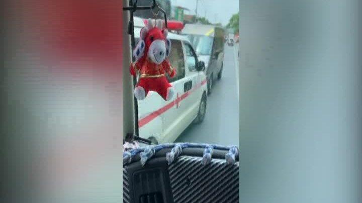Ôtô khách lấn làn ngược chiều, chặn đầu xe cấp cứu
