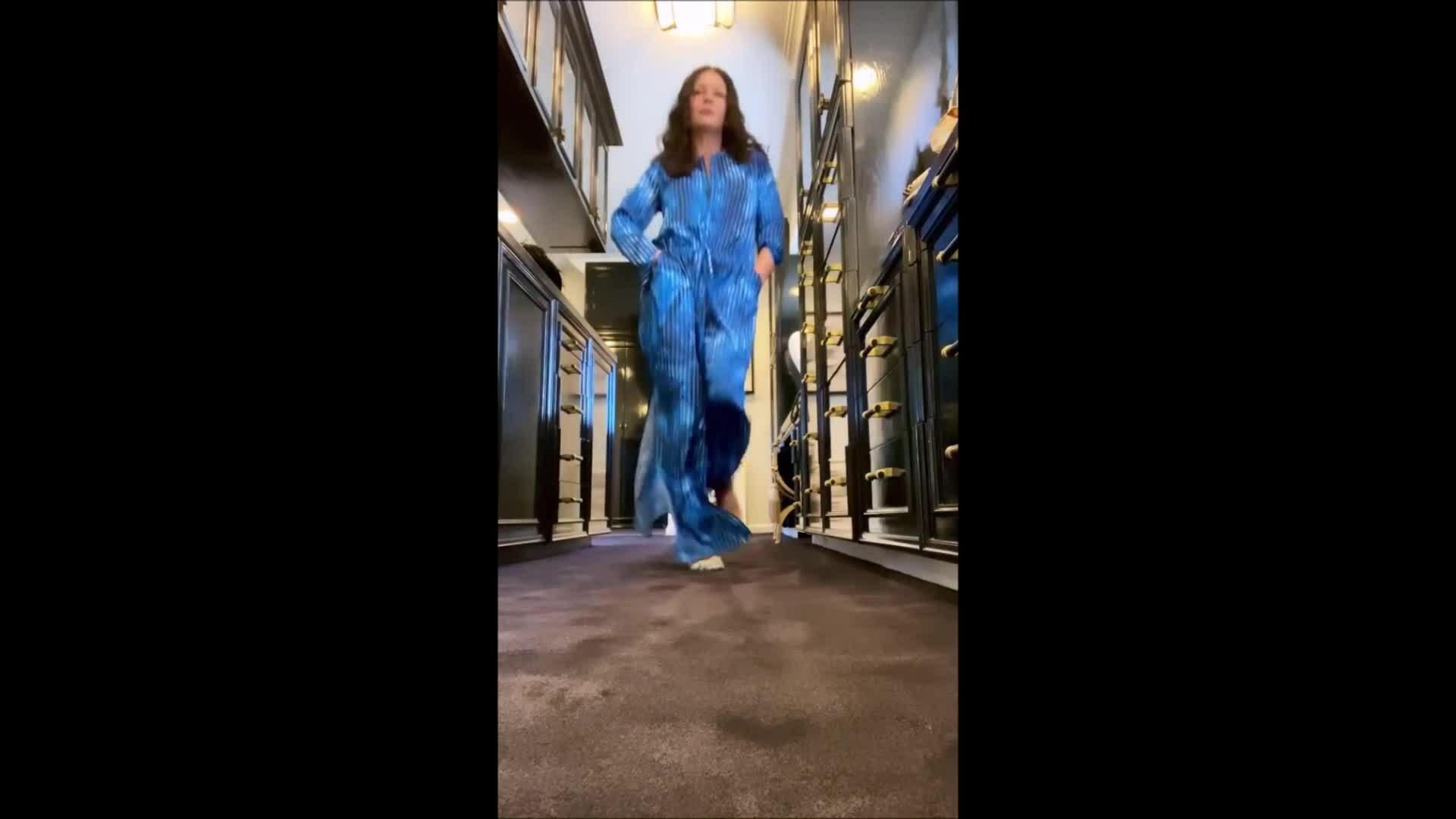 Catherine Zeta-Jones biến phòng thay đồ thành sàn catwalk