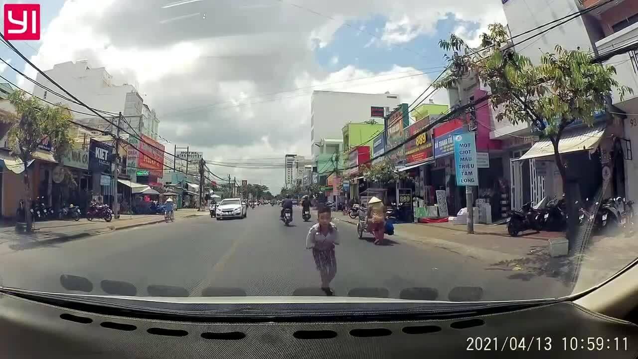 Cậu bé cúi đầu cảm ơn tài xế nhường đường