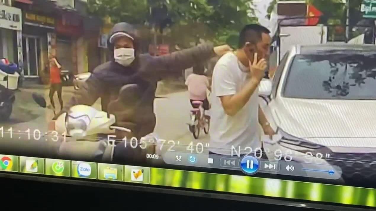 Cướp giật dây chuyền trên phố Hà Nội