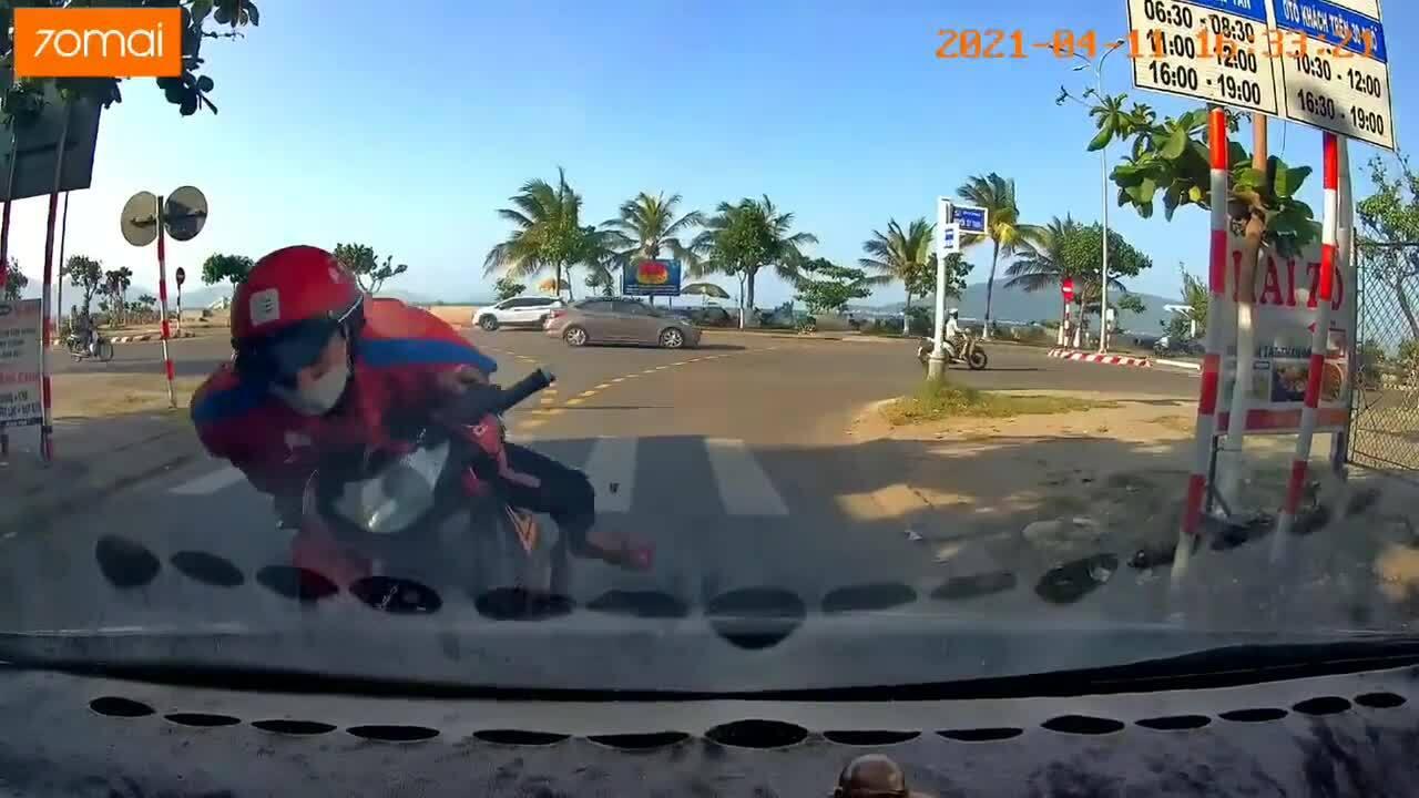Shipper đâm ôtô vì mải dán mắt vào điện thoại