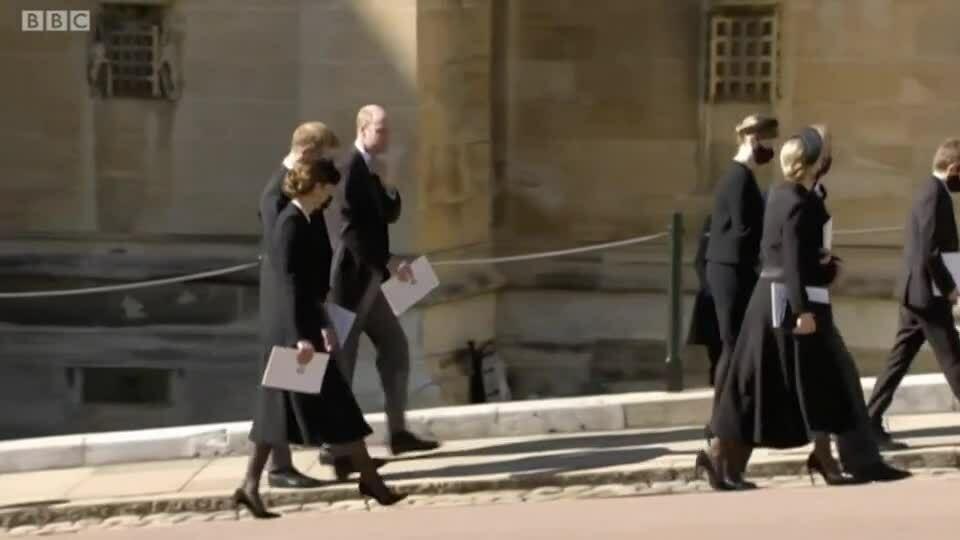 Cách Kate làm cầu nối cho William và Harry sau tang lễ ông nội