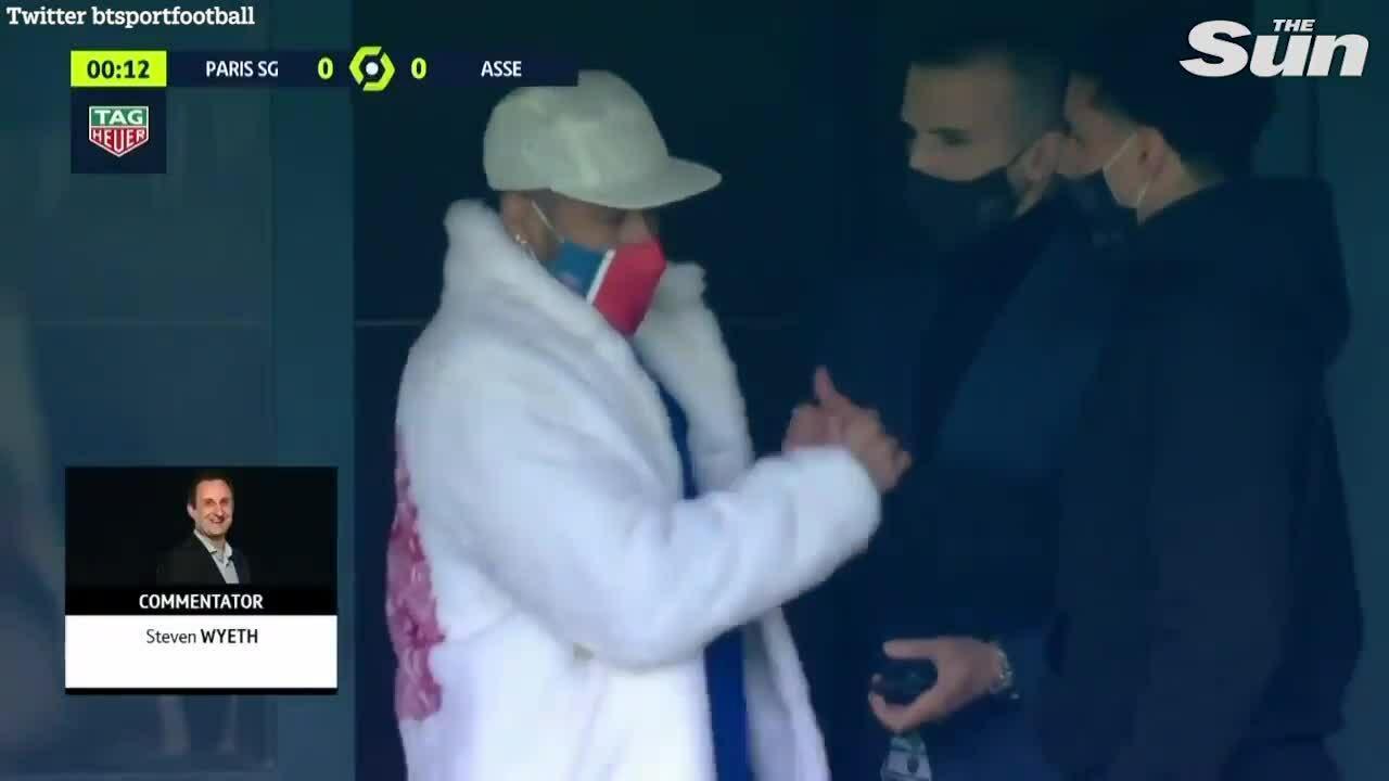 Neymar khoác áo lông đi cổ vũ đồng đội